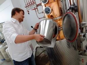 Stefan Winterling bei der Arbeit an seinem Gin EVA