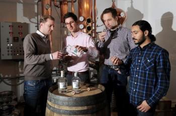 The Duke Munich Dry Gin - Die Macher v.L.n.R. Maximilian Wagner (Vertrieb und Vermarktung, Maximilian Schauerte (Gründer), DanielSchönecker (Gründer), Marcelo Fernandes (Auszubildender Destillateur)